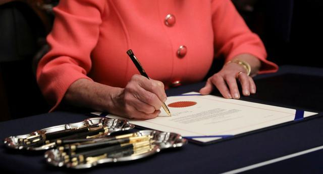 佩洛西用了30支笔签署弹劾条款,共和党人怒了,网友也恼了