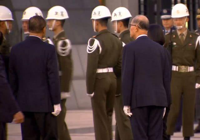 台军士兵在蔡英文面前失误被嘲 当事人疑要自杀:我是三军之耻?