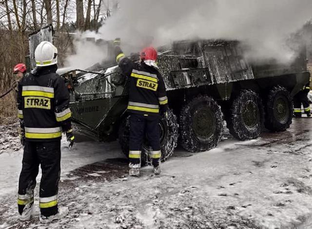 美军装甲车在波兰自燃 当时车内还有两名士兵
