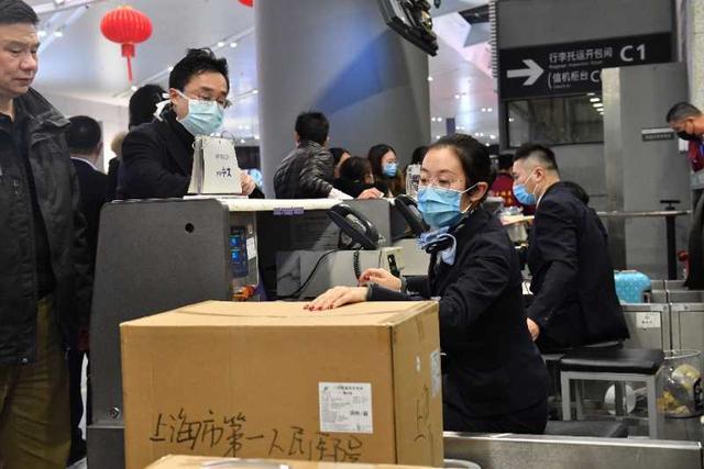 东航包机伴着鼠年钟声起飞,运送上海首批136名医护人员驰援武汉
