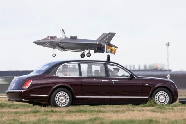 英国女王视察皇家空军 乘坐劳斯莱斯观看F-35B垂直着陆