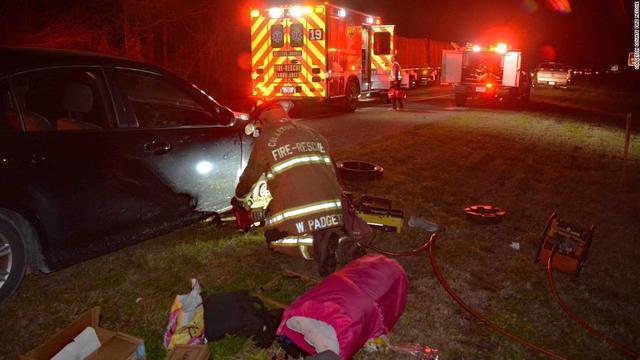牛人!换轮胎时被困车底,美国女子用脚趾拨通报警电话得救