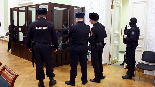 俄罗斯一官员因敲诈罪被判入狱,法院内饮弹自尽