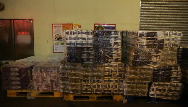 疫情谣言让香港居民抢购物资,60大包厕纸遭持刀劫匪抢走