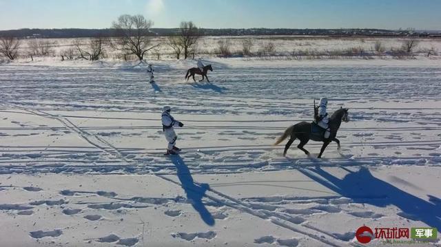 俄军在北极又亮出新技能:军马拉着士兵滑雪作战