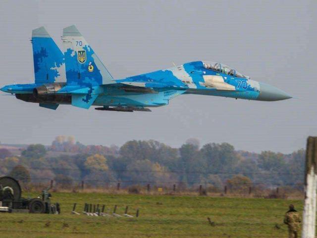 苏联飞行员城市上空弃机跳伞,20吨战机砸向人群,90多人当场丧命