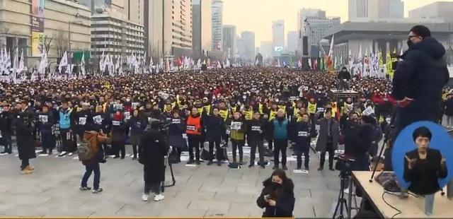 韩国疫情严重:军队多人感染,新增病例再破百