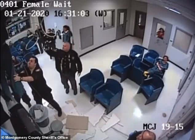 大写尴尬!美国女绑匪爬天花板越狱,头朝下跌入垃圾桶