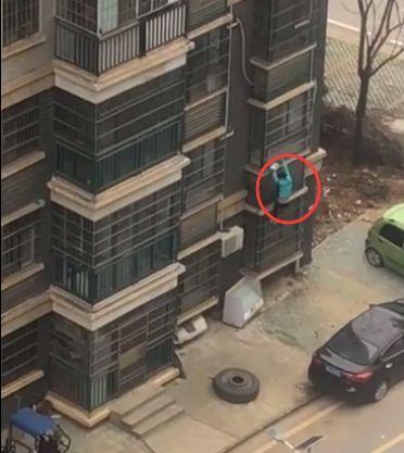 女子从十楼爬窗户下去买肉?真相来了