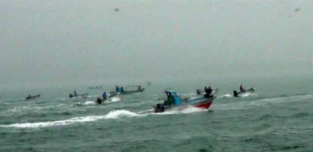 """台""""海巡队""""发射橡胶子弹 扬言要阻止大陆渔船""""越界"""""""