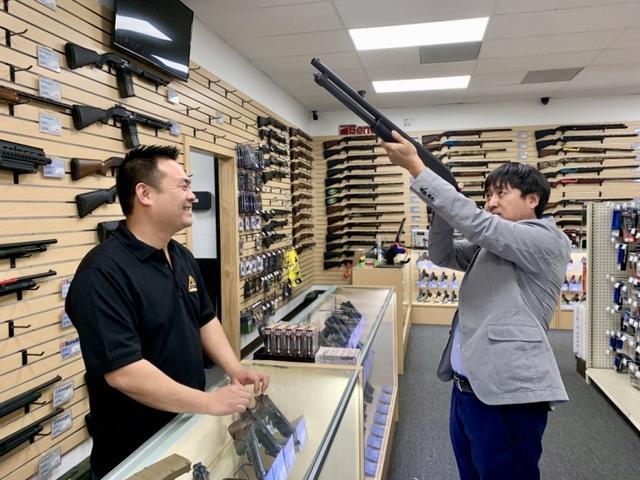 """担心新冠疫情激发种族歧视与攻击,美国华裔""""扎堆""""买枪防身"""