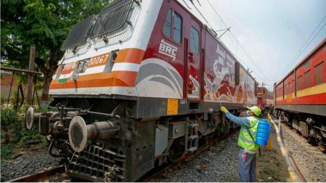 印度铁路停摆:政府将闲置车厢改造成病房,民工步行返乡途中透支死亡