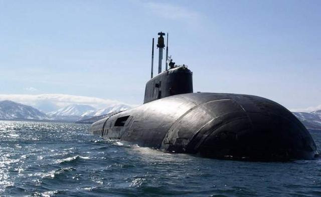中国潜艇上浮曾被拦腰斩断,舰体一切为二,39名官兵仅一人逃生
