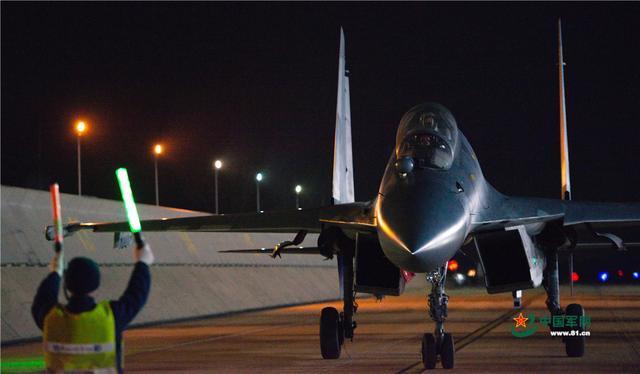 近日,这个团一架架战机在夜幕下接续起飞 直刺苍穹