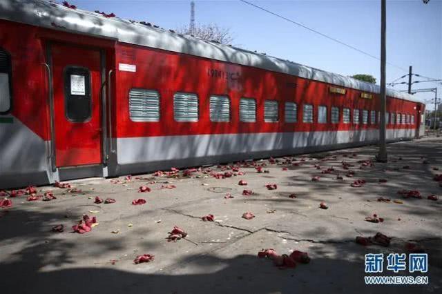 印度改装2万节火车车厢,可容纳32万张床位!