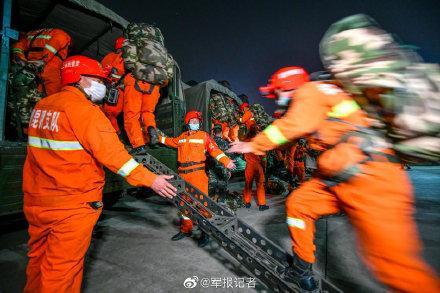 紧急出动!武警昆明支队300名官兵连夜投入扑火工作