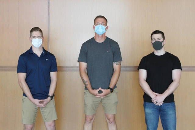 """日本飞往美国航班一乘客突然""""发狂"""",被3名美海军陆战队员制服"""