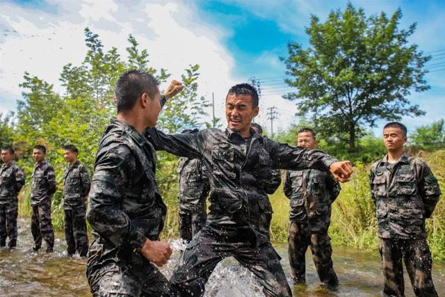 """这个""""避暑""""方式有点酷!直击侦察兵水中体能训练"""
