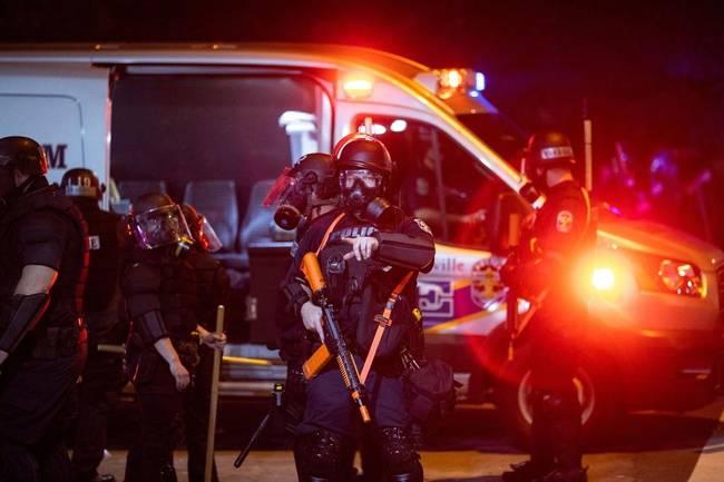 美国暴力执法警察和死者曾是同事 五角大楼下令军警警戒