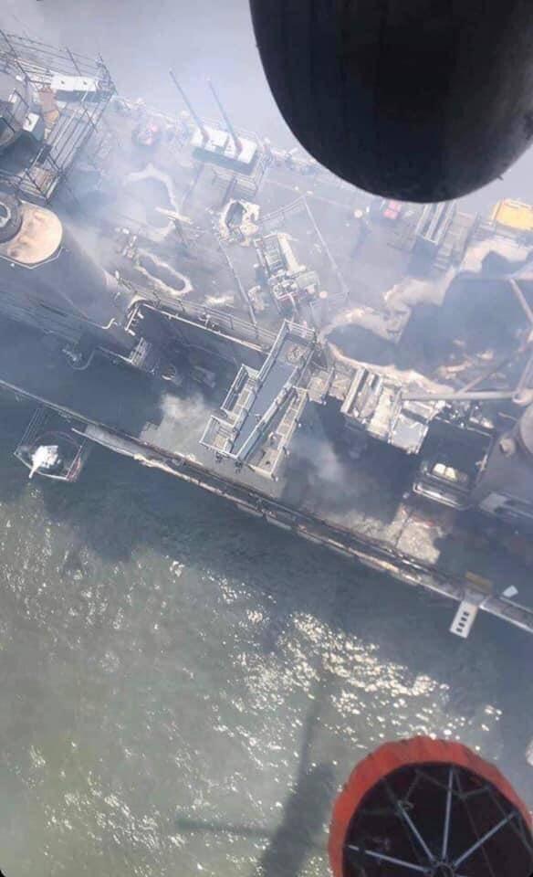 美军两栖攻击舰被烧惨状曝光:舰岛顶部出现大洞
