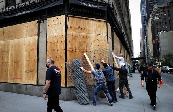 """纽约曼哈顿沦为""""抢劫者天堂"""",商家被迫""""钉木板自保"""""""