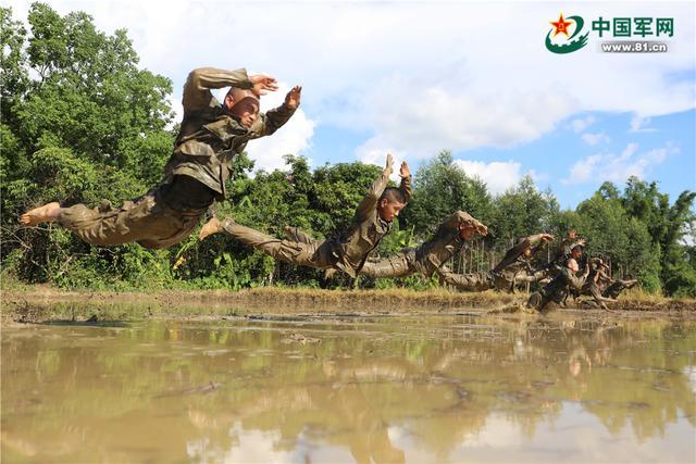 对抗、倒功、水中匍匐……这个支队组织特战队员开展泥潭摔擒训练