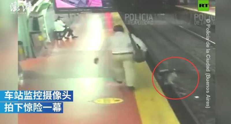 惊险!阿根廷男子沉迷看手机摔下站台