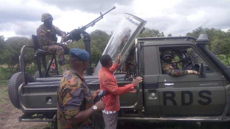 敞篷飞机?肯尼亚村民捡到战机座舱盖 从天而降却完好无损