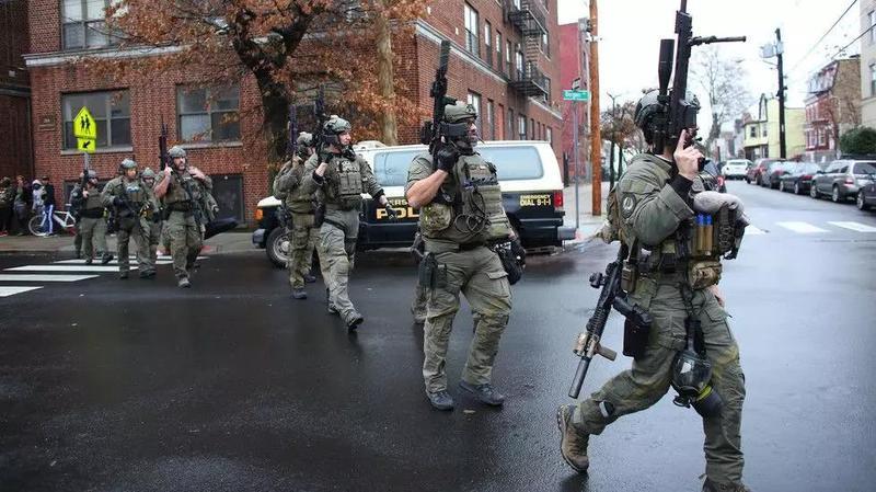 枪声不断!装甲车上街!这是美国!