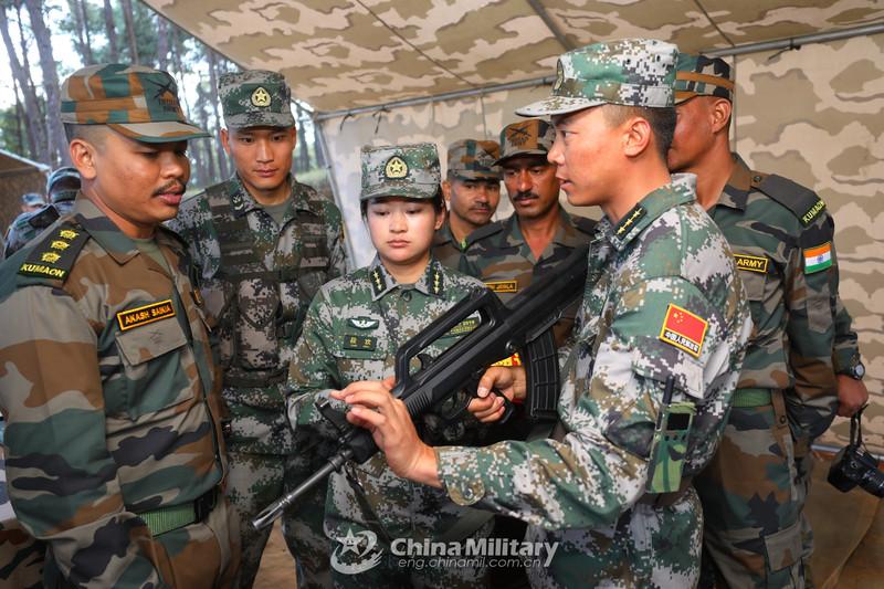 中印反恐训练现场:解放军手把手交印军用中国枪械
