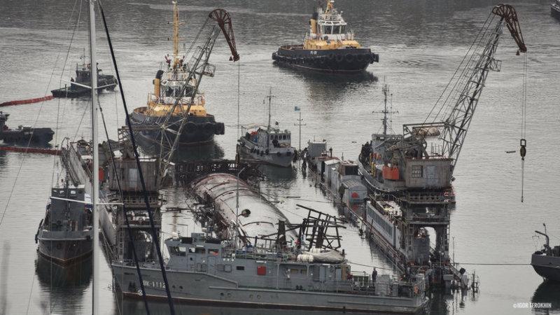祸不单行!俄唯一航母发生火灾3天后 潜艇又在船厂里翻了