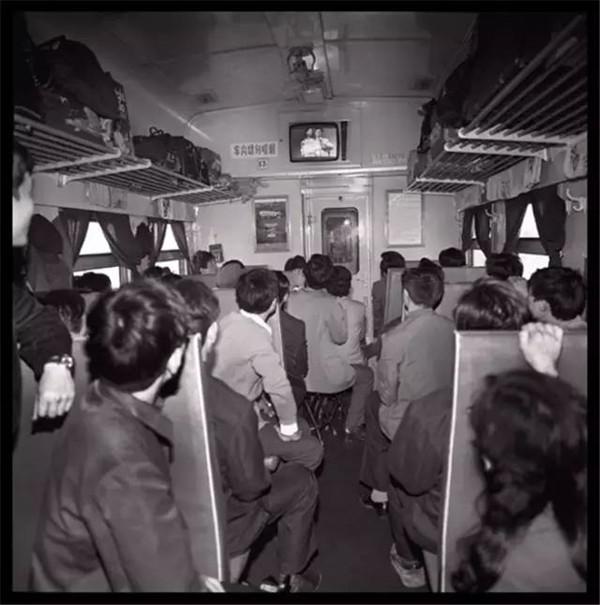 火車上的中國人:回家的路途曲折,卻又心生向往