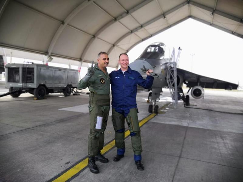 俄飛行員興奮體驗印度光輝戰機 落地后豎起大拇指
