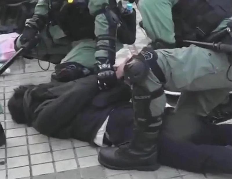 暴徒侮辱国旗被当场抓获!港警这一举动感人
