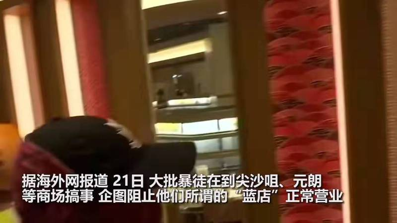 暴徒当众对港警大泼狗粮侮辱 被港警一招反击 当场直接怂了