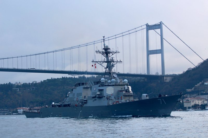 那艘前几天被俄军战机抵近模拟攻击的美军神盾舰,离开黑海了