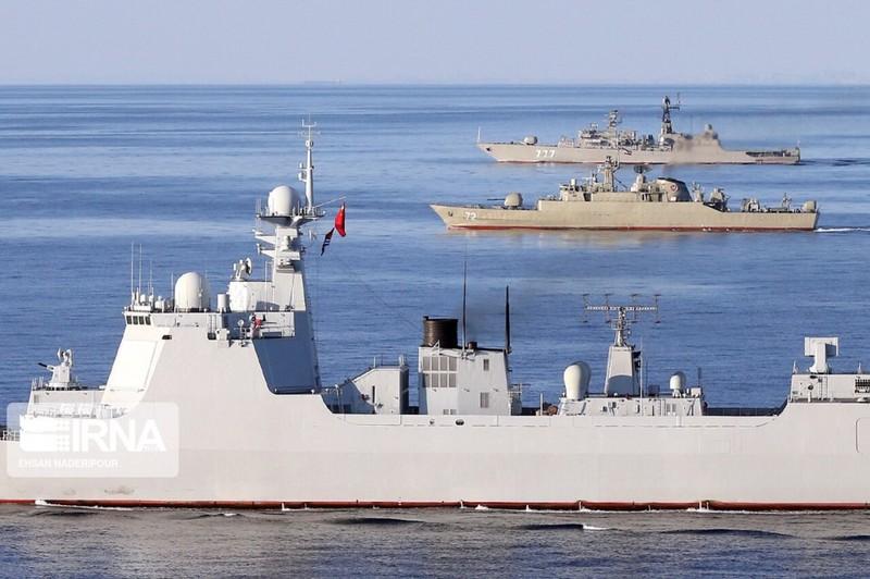 波斯湾联合军演,中俄伊三国战舰编队航行,西宁舰最抢眼
