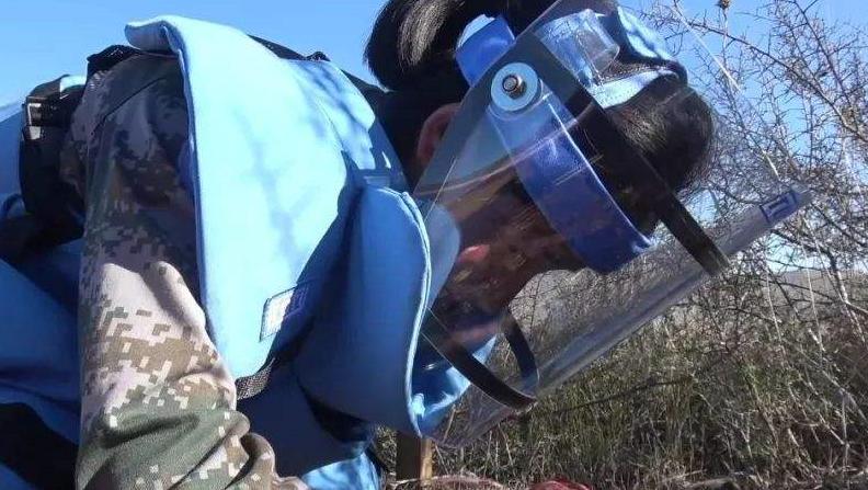 巾帼不让须眉:我军女兵在中东排出以色列地雷