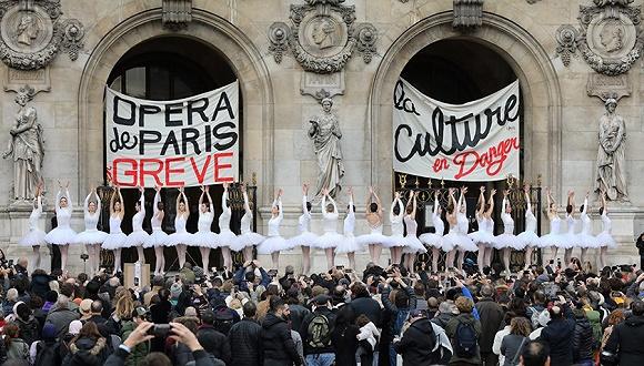 """法国大罢工持续 记者询问""""是否要向马克龙扔鞋"""""""