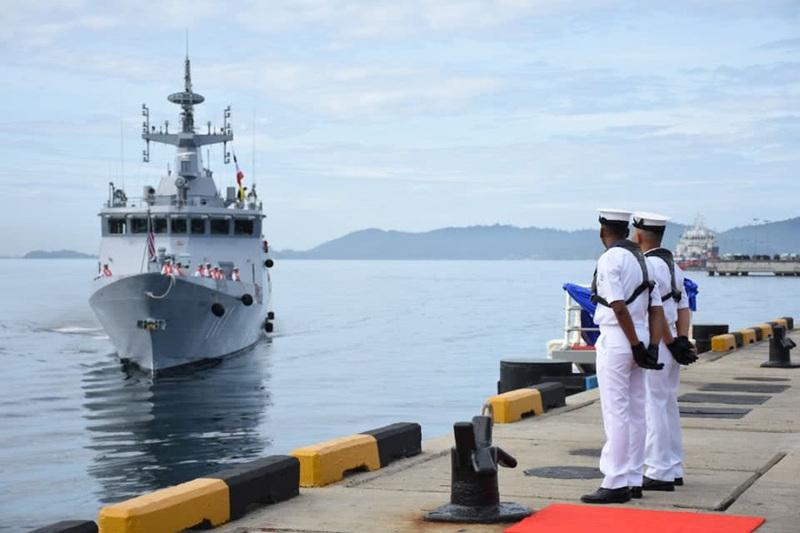 马来西亚海军将中国造濒海任务舰开回国 民众热烈欢迎