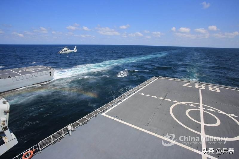 中国驱逐舰,在地球另一端上演好戏!与一巨型舰艇携手秀出真功夫