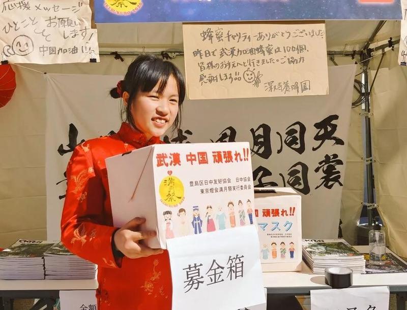 泪目!寒冬里,这个日本女孩拼命鞠躬为武汉募捐!