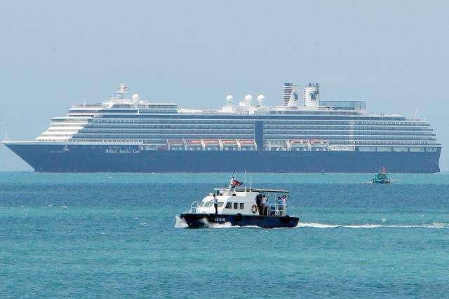 """""""威士特丹""""号漂泊两周后终于靠岸 洪森亲赴港口迎接"""