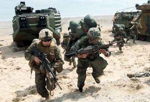 """送关怀?驻韩美军司令""""全副武装""""看望新冠确诊士兵"""