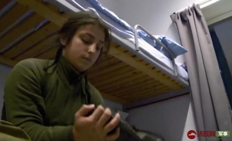 挪威军队男女混住宿舍内部曝光 男女士兵一起叠被