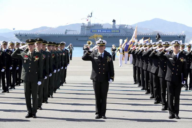 韩国军校毕业典礼照办不误,防长亲自出席,没人戴口罩