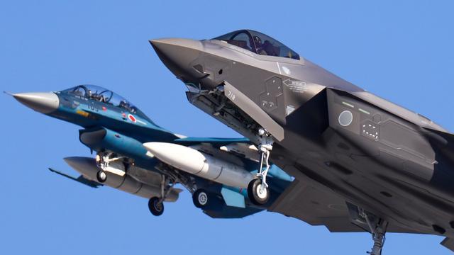 日本防卫相视察F-35战机 坐进座舱查看弹射装置