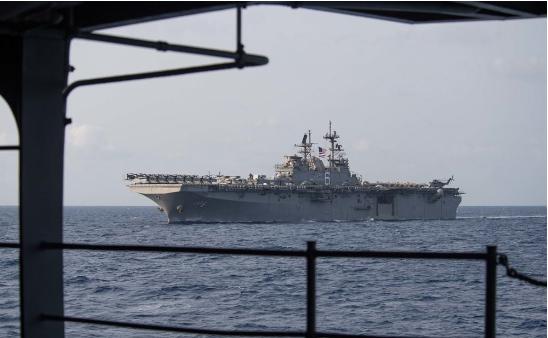 """美国海军又来南海捣乱,航母联合两栖攻击舰""""秀肌肉"""""""
