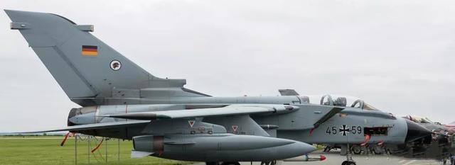 """中国空军""""脱苏入美""""的过渡,从这架国产战机开始"""