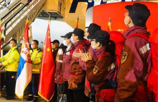最高礼遇!塞尔维亚总统亲迎中国医疗队 亲吻五星红旗